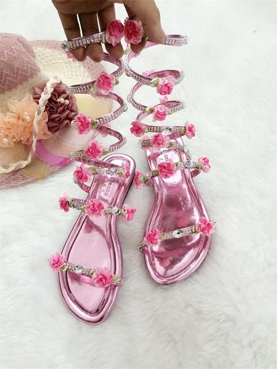 Đôi giày xa xỉ nhất có giá 500.000 đồng thuộc về đôi giày cầu kìđính hoa màu hồng của thái tử phi. Vì cảnh thái tử Tề Thịnh tháo giày cho Trương Bồng Bồng được coi là cảnh phim lãng mạn nên nhóm sản xuất đã quyết định chơi sang một lần.