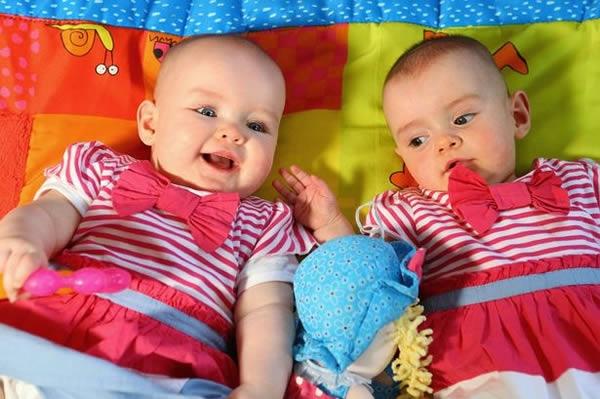 Cặp song sinh có thời gian ra đời cách nhau lâu nhất thế giới.