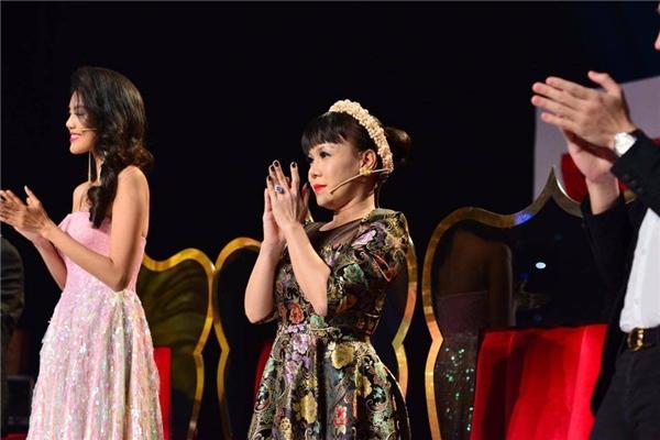 Cả 4 vị giám khảo đứng bật dậy trước bữa tiệc quá ư tuyệt vời mà Huỳnh Lập mang đến chương trình. - Tin sao Viet - Tin tuc sao Viet - Scandal sao Viet - Tin tuc cua Sao - Tin cua Sao