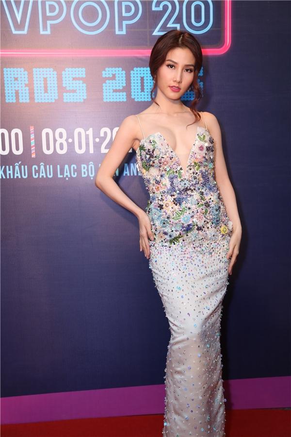 Nữ diễn viên trang điểm nhẹ nhàng nhưng vẫn rất cuốn hút và nổi bật nhờ vào trang phục ấn tượng. - Tin sao Viet - Tin tuc sao Viet - Scandal sao Viet - Tin tuc cua Sao - Tin cua Sao