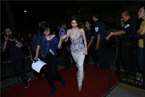 Diễm My xuất hiện kiêu sa như nàng công chúa tại thảm đỏ - Tin sao Viet - Tin tuc sao Viet - Scandal sao Viet - Tin tuc cua Sao - Tin cua Sao