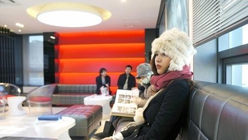 Hình ảnh siêu mẫu Kỳ Hân đang ngồi đợi để được vào phòng tư vấn - Tin sao Viet - Tin tuc sao Viet - Scandal sao Viet - Tin tuc cua Sao - Tin cua Sao