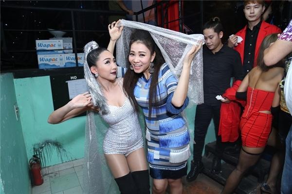 """Trong khi đó, nữ ca sĩ Thu Minh cũngluôn nổi bật với phong cách thời trang sang trọng, quý phái nhưng không kém phần gợi cảm của """"bà mẹ một con"""". - Tin sao Viet - Tin tuc sao Viet - Scandal sao Viet - Tin tuc cua Sao - Tin cua Sao"""