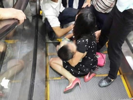 Vì sự sơ ý của gia đình, một bé trai 3 tuổi đang chơi đùa ở khu vực cầu thang cuốn đã gặp nạn.Ảnh Internet