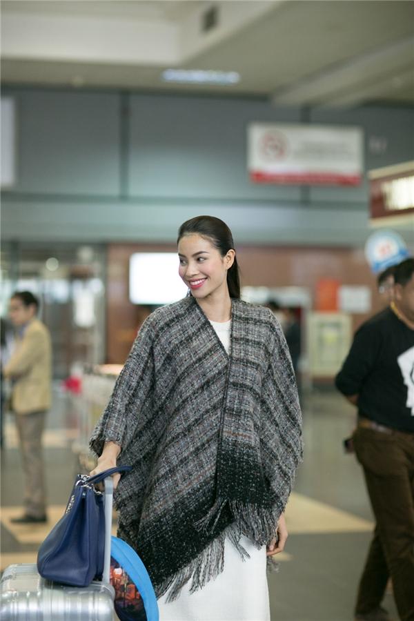 Trong tiết trời se se lạnh của Hà Nội, Phạm Hương chọn chiếc khăn choàng cổ to bản làm người bạn đồng hành. - Tin sao Viet - Tin tuc sao Viet - Scandal sao Viet - Tin tuc cua Sao - Tin cua Sao