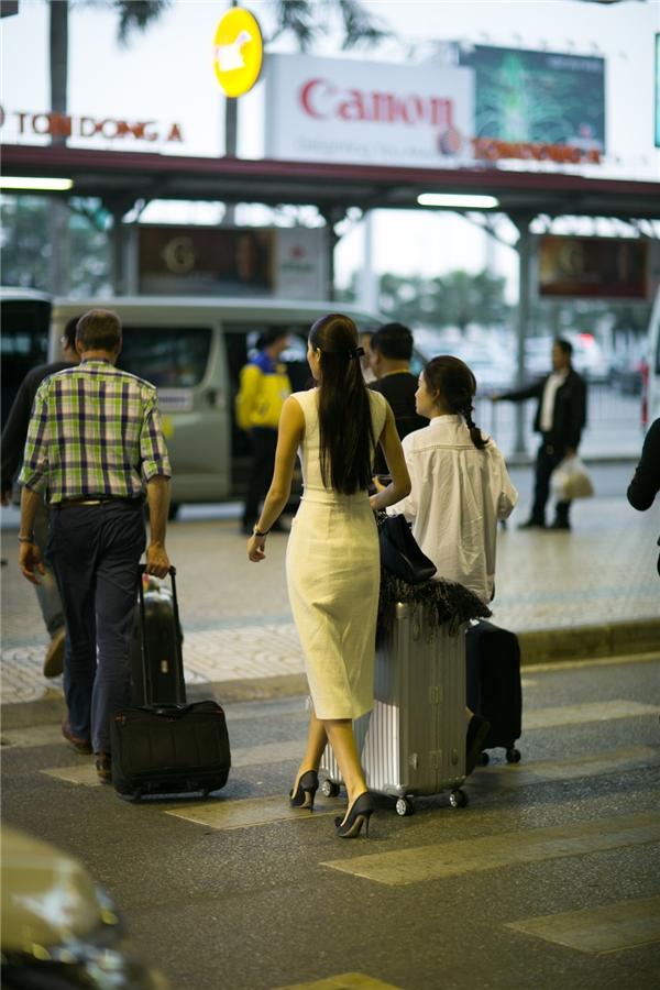 Phạm Hương nhanh chóng di chuyển ra xe để đến khách sạn nghỉ ngơi. - Tin sao Viet - Tin tuc sao Viet - Scandal sao Viet - Tin tuc cua Sao - Tin cua Sao