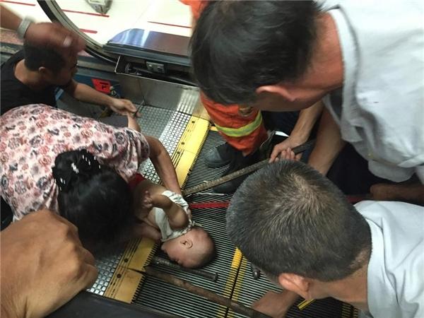 """Tại thành phố Ngô Châu, tỉnh Quảng Tây, Trung Quốc, một bé trai đã mất nửa cánh tay do """"sát thủ""""thang cuốn gây ra. Theo đó, bé trai 1 tuổi này đi cùng người bà đến trung tâm thương mại để mua sắm. Khi đi đến lối ra, bé trai đã không kịp bước nên ngã tại chỗ và bị thang cuốn nguyên một nửa cánh tay trái.Ảnh: Internet"""