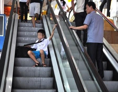 Không ngồi bệt xuống khi đi thang cuốn. Ảnh: Internet