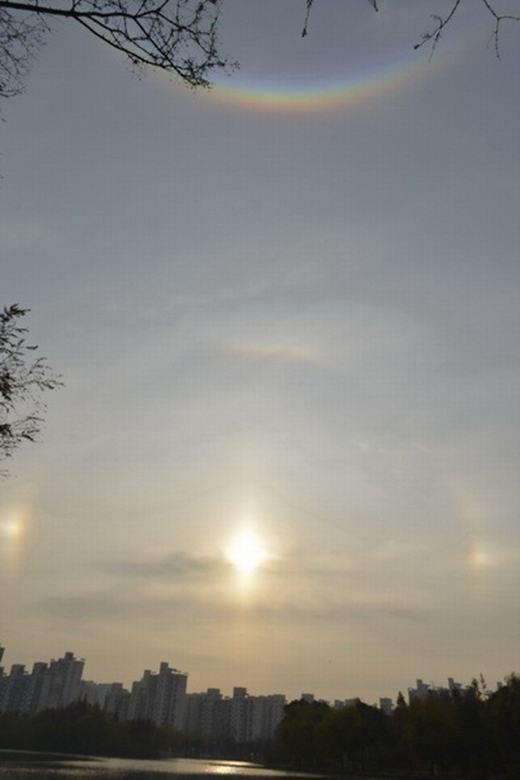 """Ba """"mặt trời"""" - cầu vồng bảysắc - vầng hào quang xung quanh, một khung cảnh hiếm có khó tìm.(Ảnh: Internet)"""