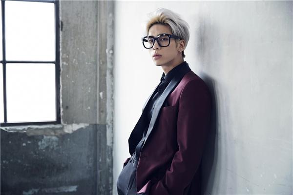 """Gây ấn tượng từ những ngày đầu ra mắt nhờ khả năng sáng tác tuyệt vời, Jonghyun với vẻ ngoài ngày càng trưởng thành, nam tính không hề kém cạnh gương mặt đại diện của nhóm, Minho. Thậm chí một fan nam phải thừa nhận bản thân hoàn toàn """"đổ"""" trước vẻ ngoài điển trai củaJonghyun."""