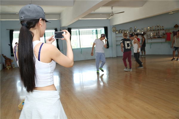 DJ Summer Huỳnh chu đáo dùng điện thoại quay lại bài nhảy của nhóm để cùng rút kinh nghiệm. - Tin sao Viet - Tin tuc sao Viet - Scandal sao Viet - Tin tuc cua Sao - Tin cua Sao