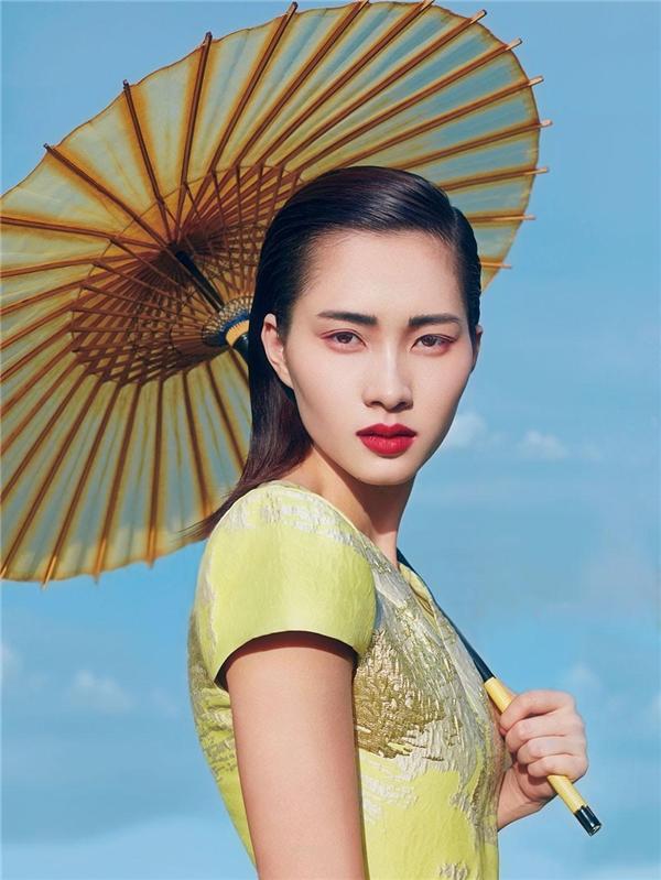 Vẻ đẹp của Hoa hậu Việt Nam 2012 chuyển biến liên tục với hai kiểu trang điểm khác nhau.