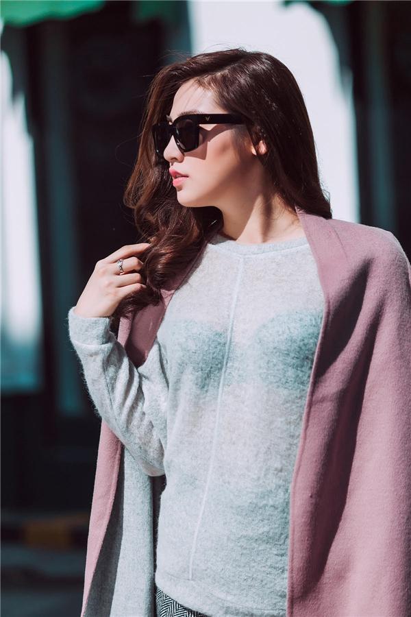 Sắc xám xanh cùng tông hồng phấn mang đến vẻ ngoài nhẹ nhàng, ngọt ngào nhưng không kém phần thanh lịch, sang trọng cho Á hậu Việt Nam 2012.
