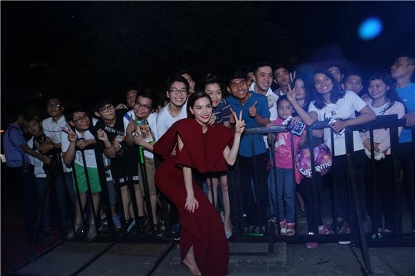 Nữ hoàng giải trí Hồ Ngọc Hà nhắng nhít tạo dáng cùng fan - Tin sao Viet - Tin tuc sao Viet - Scandal sao Viet - Tin tuc cua Sao - Tin cua Sao