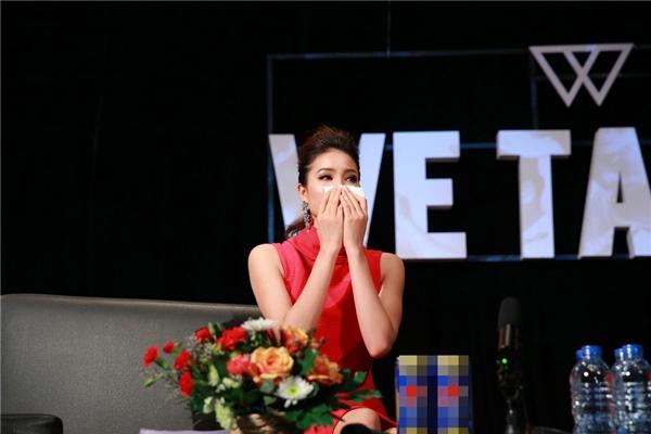 Trong buổi giao lưu, Phạm Hương đã rơi nước mắt xúc động khi nhìn lại những hình ảnh của cô trong thời gian tham gia Hoa hậu Hoàn vũ 2015. Mặc dù không giành được vị trí như mong muốn nhưng người đẹp 24 tuổi vẫn cảm thấy hài lòng và tự hào với những gì cô đã thực hiện được. - Tin sao Viet - Tin tuc sao Viet - Scandal sao Viet - Tin tuc cua Sao - Tin cua Sao