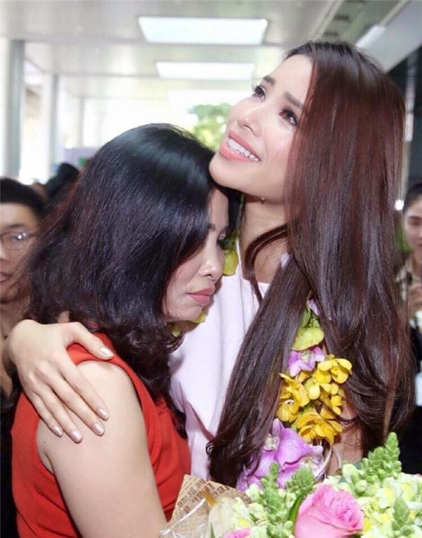 Phạm Hương và mẹ giàn giụa nước mắt trong ngày cô về nước sau khi tham dự Hoa hậu Hoàn vũ 2015. - Tin sao Viet - Tin tuc sao Viet - Scandal sao Viet - Tin tuc cua Sao - Tin cua Sao