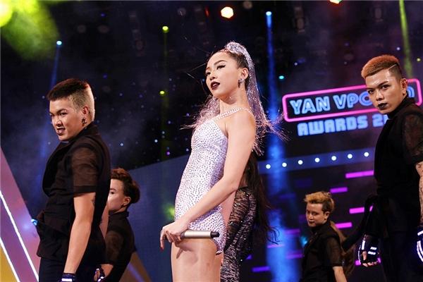 Fan bấn loạn trước màn biểu diễn cực sung và quyến rũ của Tóc Tiên - Tin sao Viet - Tin tuc sao Viet - Scandal sao Viet - Tin tuc cua Sao - Tin cua Sao