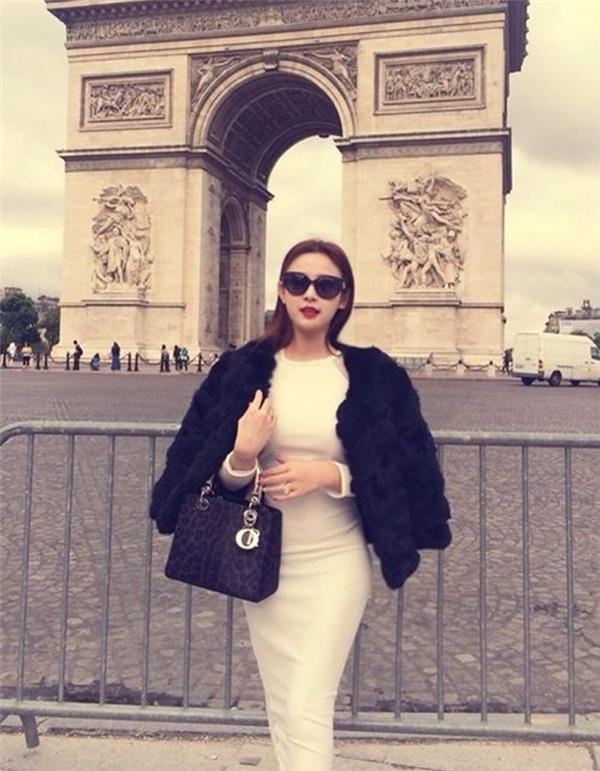 Huyền Baby thường tranh thủ những kì nghỉ để du lịch nước ngoài và tất nhiên, độ tiêu tiền của cô gái này luôn khiến người khác phải thèm thuồng.
