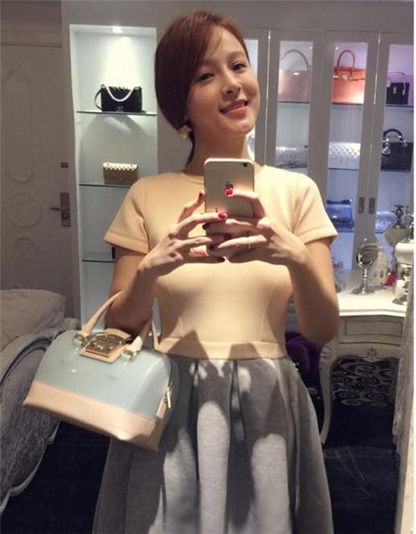 Cô nàng sở hữu rất nhiều món hàng hiệu đắt tiền có giá vài trăm triệu của các hãng: Hermes, Chanel, Louis Vuitton...