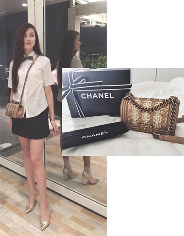 Hà Ladecũng rất chăm chỉ lấp đầy tủ hàng hiệu của mình bằng chiếc túi Petite Malle hơn 100 triệu đồng, Pochette Mask PM khoảng 75 triệu đồng, túi Chanel boy giá khoảng 100 triệu đồng...