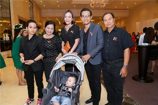 Gia đình nhỏ của Huỳnh Đông - Ái Châu cũng có mặt để chúc mừng hạnh phúc của cô em gái. - Tin sao Viet - Tin tuc sao Viet - Scandal sao Viet - Tin tuc cua Sao - Tin cua Sao