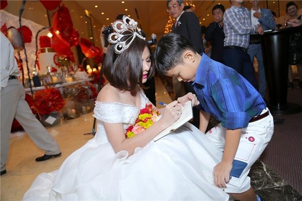 Vân Trang được một fan nhí xin chữ kí trước khi bước vào làm lễ. - Tin sao Viet - Tin tuc sao Viet - Scandal sao Viet - Tin tuc cua Sao - Tin cua Sao