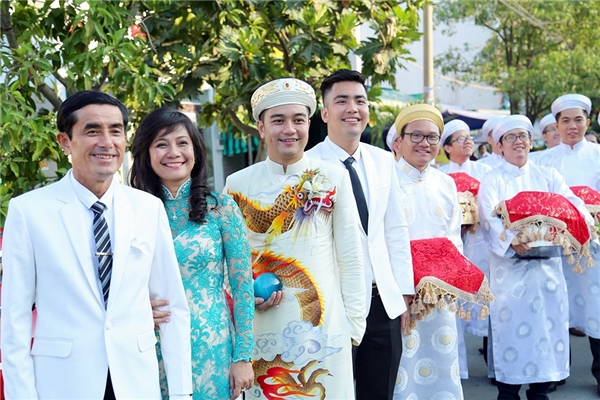 Chú rể cầm một viên ngọc màu xanh thay cho hoa cưới cầm tay để phù hợp với bộ trang phục. - Tin sao Viet - Tin tuc sao Viet - Scandal sao Viet - Tin tuc cua Sao - Tin cua Sao
