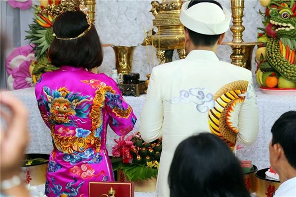 Hai vợ chồng cùng thắp hương trên bàn thờ tổ tiên - Tin sao Viet - Tin tuc sao Viet - Scandal sao Viet - Tin tuc cua Sao - Tin cua Sao