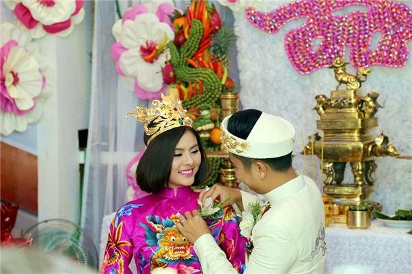 Chú rể Hữu Quân cài hoa lên áo của vợ - Tin sao Viet - Tin tuc sao Viet - Scandal sao Viet - Tin tuc cua Sao - Tin cua Sao