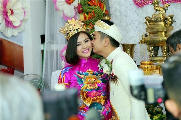 và nhẹ nhàng đặt lên má vợ một nụ hôn - Tin sao Viet - Tin tuc sao Viet - Scandal sao Viet - Tin tuc cua Sao - Tin cua Sao