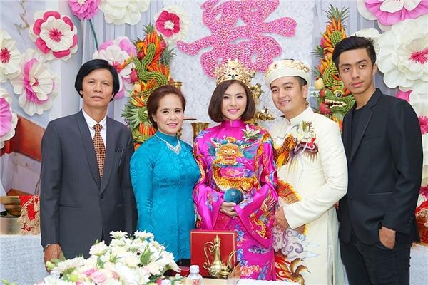 Hai vợ chồng chụp ảnh cùng người thân trong gia đình. - Tin sao Viet - Tin tuc sao Viet - Scandal sao Viet - Tin tuc cua Sao - Tin cua Sao
