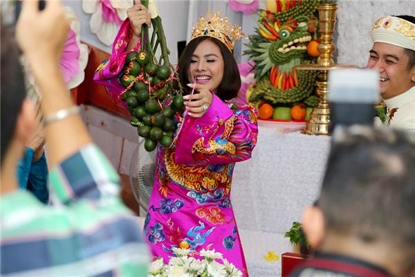Hai vợ chồng cười tít mắt trong ngày trọng đại - Tin sao Viet - Tin tuc sao Viet - Scandal sao Viet - Tin tuc cua Sao - Tin cua Sao
