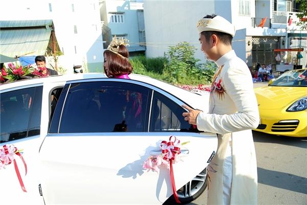 Ông xã Hữu Quân ga-lăng mở cửa xe cho vợ. - Tin sao Viet - Tin tuc sao Viet - Scandal sao Viet - Tin tuc cua Sao - Tin cua Sao