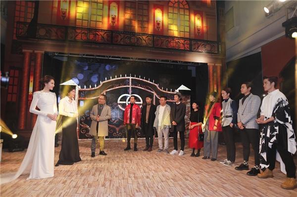 Các thí sinh gặp gỡ hoa hậu Đặng Thu Thảo.