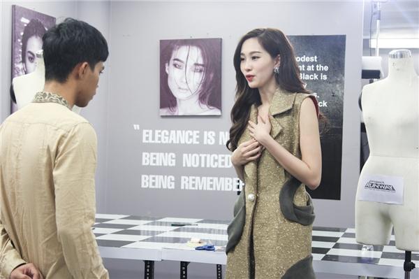Thu Thảo diện thiết kế của Giang Tú và góp ý cho nhà thiết kếtrẻ.