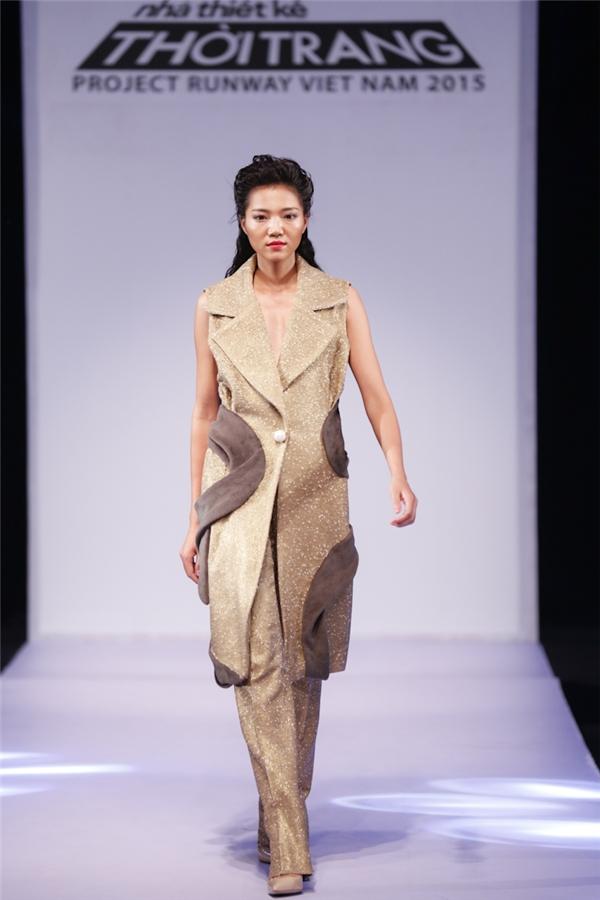 Người mẫu diện thiết kế của Giang Tú trên sàn diễn.