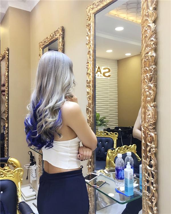 Sau khoảng thời gian lui về hậu trường để sinh con, Maya đã chính thức tái ngộ làng giải trí Việt. Hiện tại, nữ ca sĩ đang tham gia chương trình The Remix - Hòa âm Ánh sáng mùa giải thứ 2. Mới đây, bà mẹ một con đã mang đến sự thay đổi mới lạ với màu tóc ombre màu trắng ngà kết hợp tông xanh biển trẻ trung, nổi bật.