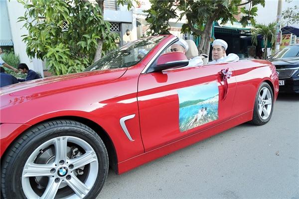 Ở trên cửa của mỗi chiếc xe đều có in hình cưới của hai vợ chồng Hữu Quân - Vân Trang - Tin sao Viet - Tin tuc sao Viet - Scandal sao Viet - Tin tuc cua Sao - Tin cua Sao