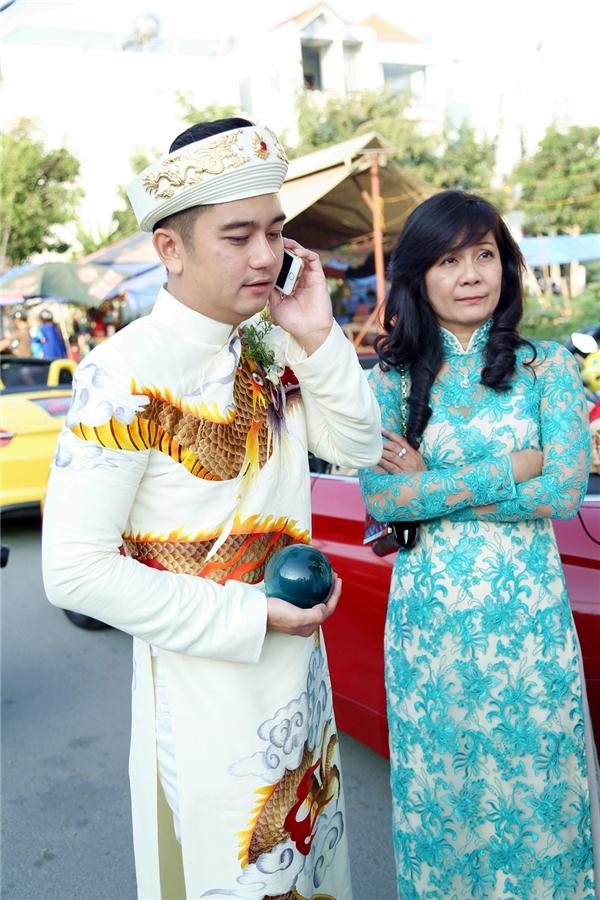 Chú rể bận rộn với những cuộc điện thoại - Tin sao Viet - Tin tuc sao Viet - Scandal sao Viet - Tin tuc cua Sao - Tin cua Sao