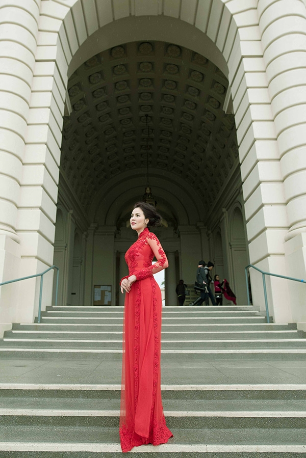 Nữ doanh nhân tỏa sáng với chiếc áo dài truyền thống