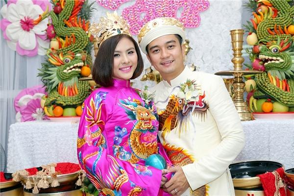 Chú rể Hữu Quân nắm chặt tay vợ và trao nụ hôn nồng cháy - Tin sao Viet - Tin tuc sao Viet - Scandal sao Viet - Tin tuc cua Sao - Tin cua Sao