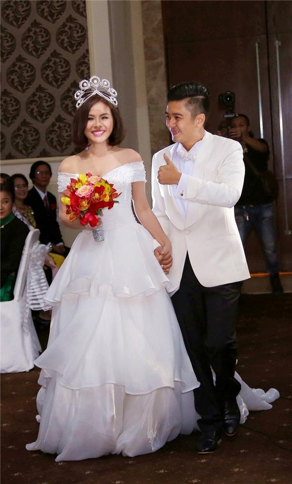 Ông xã Hữu Quân nắm tay Vân Trang thật chặt. Cả hai hạnh phúc bước vào sảnh cưới trong tiếng vỗ tay từ mọi người. - Tin sao Viet - Tin tuc sao Viet - Scandal sao Viet - Tin tuc cua Sao - Tin cua Sao