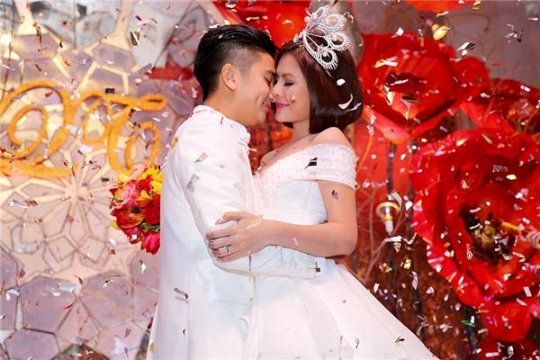 Hai vợ chồng không ngần ngại dành tặng cho nhau nụ hôn trước sự cổ vũ nhiệt tình từ phía mọi người - Tin sao Viet - Tin tuc sao Viet - Scandal sao Viet - Tin tuc cua Sao - Tin cua Sao