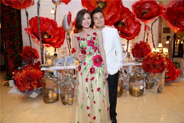 Ngay sau đó, Vân Trang đã thay một chiếc đầm mới với những họa tiết hoa bắt mắt - Tin sao Viet - Tin tuc sao Viet - Scandal sao Viet - Tin tuc cua Sao - Tin cua Sao
