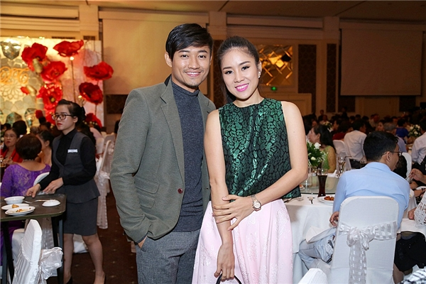 Cô dâu Vân Trang hôn say đắm ông xã Hữu Quân trong tiệc cưới - Tin sao Viet - Tin tuc sao Viet - Scandal sao Viet - Tin tuc cua Sao - Tin cua Sao