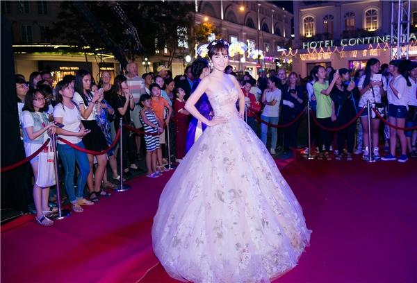 Xuất hiện trong bộ váy cực kì kiêu sa và lộng lẫy, Dương Cẩm Lynh như một nàng công chúa bước ra từ cổ tích. - Tin sao Viet - Tin tuc sao Viet - Scandal sao Viet - Tin tuc cua Sao - Tin cua Sao