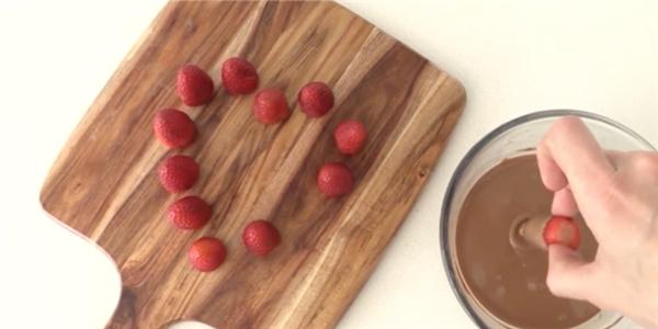 Hướng dẫn làm sô cô la bọc quả dâu vừa ngon vừa đẹp mắt
