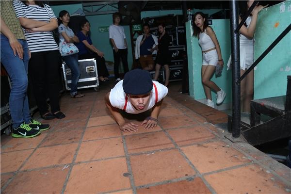 Nam ca sĩ đãkhiến nhiều người ngạc nhiênkhi anh bất ngờ cúi người xuống đất và thực hiện các động tác hít đất trước sự chứng kiến của nhiều khách mời trong lễ trao giải Yan Vpop 20. - Tin sao Viet - Tin tuc sao Viet - Scandal sao Viet - Tin tuc cua Sao - Tin cua Sao