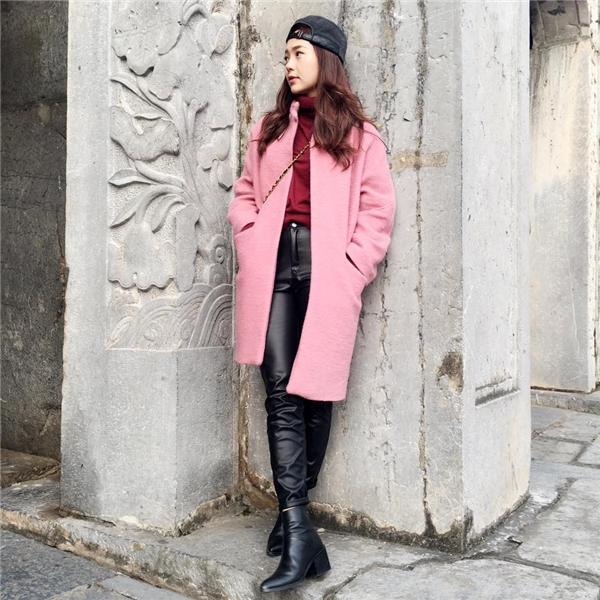 Bộ trang phục của Minh Hằng mang đậm âm hưởng của thời trang Thu - Đông bởi kiểu dáng cùng những chất liệu đặc trưng như: len, dạ, nỉ, da lộn. Tổng thể cân đối, hài hòa nhờ sự kết hợp màu sắc theo tông nóng-lạnh.