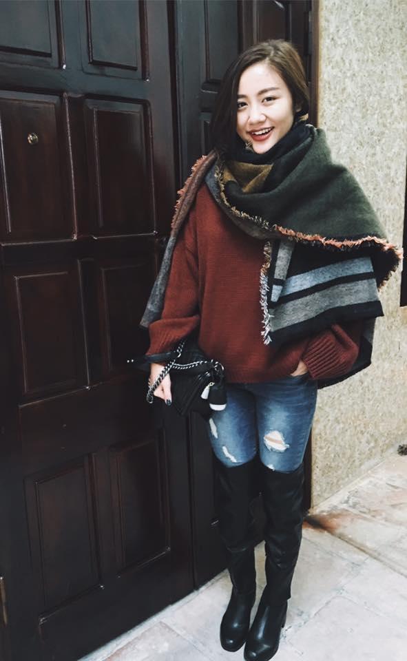 Văn Mai Hương cũng vô cùng điệu đà, bắt mắt trong tiết trời cuối đông tại Hà Nội. Bộ trang phục gây ấn tượng bởi chiếc khăn choàng nhiều màu sắc trầm ấm cùng đôi boots cao ngang gối. Tuy nhiên với những cô nàng có chiều cao khiêm tốn như Văn Mai Hương, khi diện boots ngang gối cũng dễ mất điểm vì khiến bạn trông lùn hơn thực tế.